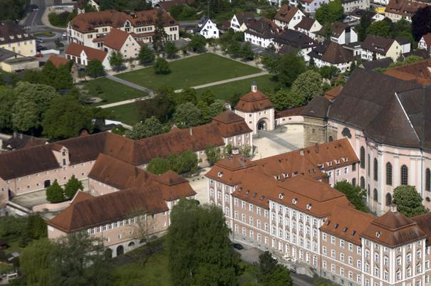 Luftaufnahme von Kloster Wiblingen mit Garten