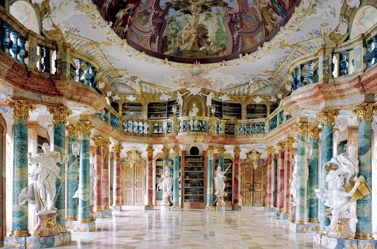 Die barocke Klosterbibliothek im Kloster Wiblingen; Foto: Landesmedienzentrum Baden-Württemberg, Hans Steinhorst