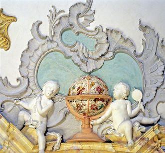Stuckrelief eines Puttenpaars mit Sternzeichenglobus (um 1750) im Bibliothekssaal