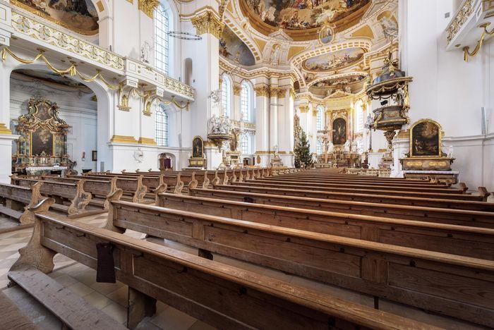 Reich geschmückter Innenraum der Wiblinger Klosterkirche