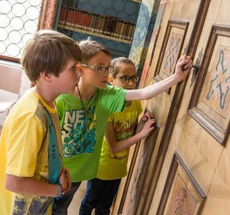 Kinder an holzvertäfelter Saaltür, Kloster Wiblingen