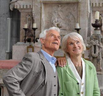 Älteres Paar bei Klosterbesichtigung