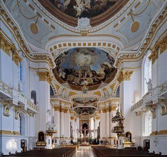 Blick in die Klosterkirche mit Deckenfresko