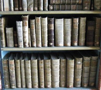 Buchrücken in den Regalen der Klosterbibliothek; Foto: Staatliche Schlösser und Gärten Baden-Württemberg, Ortsverwaltung Wiblingen/Schussenried