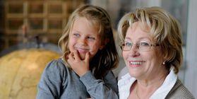 Großmutter und Enkelin bei Besichtigung