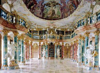 Blick in den zweistöckigen Bibliothekssaal; Foto: Landesmedienzentrum Baden-Württemberg, Hans Steinhorst