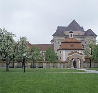 Blick vom Klostergarten aufs Eingangsportal