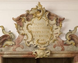 Inschriftkartusche am Eingangsportal mit einem Vers aus dem Kolosserbrief