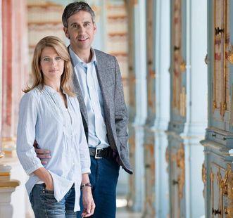 Besucherpaar im Kloster