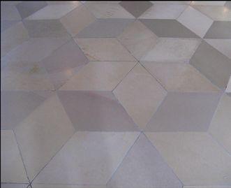 Würfelmuster auf dem Marmorboden im Bibliothekssaal